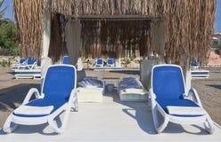 Η θέση στην παραλία με τα κρεβάτια ήλιων και ένα gazebo με το α ro στοκ εικόνες