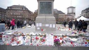 Η θέση Vigil μετά από τις τρομοκρατικές επιθέσεις αγοράς Χριστουγέννων, άνθρωποι στέκεται κοντά στο άγαλμα του στρατηγού Kleber μ απόθεμα βίντεο