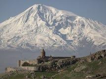 Η θαυμάσια άποψη σχετικά με το μοναστήρι Hor Virap με Ararat τοποθετεί στο υπόβαθρο _ Στοκ Φωτογραφίες