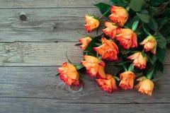 Η θαυμάσια ανθοδέσμη του πορτοκαλιού αυξήθηκε σε ένα ανοικτό γκρι υπόβαθρο Στοκ Φωτογραφίες