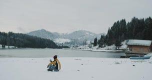 Η θαυμάσια θέση της μεγάλης λίμνης φύσης και το βουνό με το χιονώδη δασικό τουρίστα έχουν λίγο χρόνο της χαλάρωσης και του θαυμασ απόθεμα βίντεο