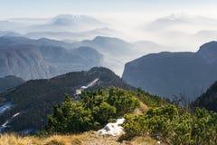 Η θεαματική άποψη του βουνού κυμαίνεται τις σκιαγραφίες και την ομίχλη στις κοιλάδες Στοκ εικόνα με δικαίωμα ελεύθερης χρήσης
