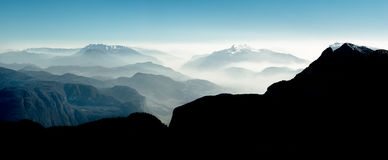 Η θεαματική άποψη του βουνού κυμαίνεται τις σκιαγραφίες και την ομίχλη στις κοιλάδες Στοκ φωτογραφία με δικαίωμα ελεύθερης χρήσης