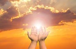Η θεραπεία Eucharist ευλογεί το Θεό που βοηθά να μετανοήσει το καθολικό παραχωρήσώντα Πάσχα μυαλό προσεύχεται Η χριστιανική ανθρώ στοκ φωτογραφία με δικαίωμα ελεύθερης χρήσης