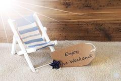 Η θερινά ηλιόλουστα ετικέτα και το κείμενο απολαμβάνουν το Σαββατοκύριακο στοκ εικόνα με δικαίωμα ελεύθερης χρήσης