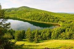 Η θερινά θεϊκά λίμνη και το βουνό Στοκ φωτογραφίες με δικαίωμα ελεύθερης χρήσης