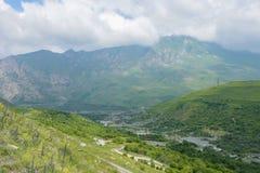 Η θερινή άποψη φαραγγιών Karmadon Genaldon Βόρεια Οσετία, Ρωσία βουνά Καύκασου Στοκ Φωτογραφία