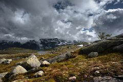 Η θερινή άποψη Trolltunga σε Odda, λίμνη Ringedalsvatnet, Νορβηγία Στοκ Φωτογραφία