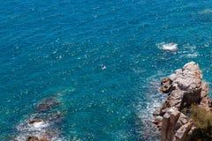 Η θερινή μπλε θάλασσα με το βράχο στοκ εικόνα με δικαίωμα ελεύθερης χρήσης