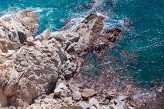 Η θερινή μπλε θάλασσα με το βράχο στοκ φωτογραφίες με δικαίωμα ελεύθερης χρήσης
