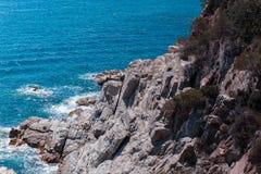 Η θερινή μπλε θάλασσα με το βράχο στοκ φωτογραφία με δικαίωμα ελεύθερης χρήσης