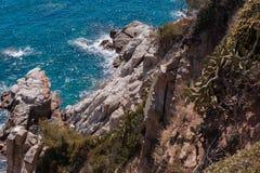 Η θερινή μπλε θάλασσα με το βράχο στοκ εικόνες