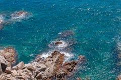 Η θερινή μπλε θάλασσα με το βράχο στοκ φωτογραφία