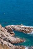 Η θερινή μπλε θάλασσα με το βράχο στοκ εικόνα