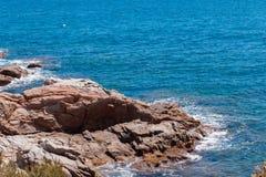 Η θερινή μπλε θάλασσα με το βράχο στοκ φωτογραφίες