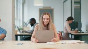 Η θετική γυναίκα απολαμβάνει τις καλές ειδήσεις Ευτυχές θηλυκό freelancer που αυξάνει τα χέρια επάνω φιλμ μικρού μήκους