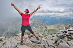 Η θηλυκή αιχμή βουνών θέτει στοκ φωτογραφία