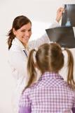 η θηλυκή ακτίνα γιατρών παι& Στοκ φωτογραφίες με δικαίωμα ελεύθερης χρήσης