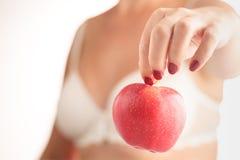 η θηλυκή εκμετάλλευση χεριών ανασκόπησης μήλων απομόνωσε το λευκό Στοκ Εικόνες