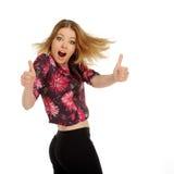 η θηλυκή εμφάνιση φυλλομετρεί επάνω τις νεολαίες Στοκ Εικόνα