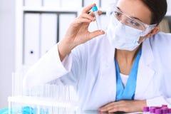 Η θηλυκή επιστημονική έρευνα εξετάζει το σωλήνα στο εργαστήριο Έννοια εξετάσεων αίματος στοκ εικόνες με δικαίωμα ελεύθερης χρήσης