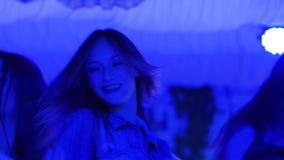 Η θηλυκή επιχείρηση χορεύει κοντά στη πίστα χορού στη μοντέρνη λέσχη νύχτας στα φω'τα disco υποβάθρου φιλμ μικρού μήκους