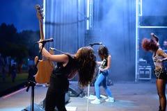 Η θηλυκή ζώνη μουσικής σκληρής ροκ Lizzies αποδίδει στη συναυλία Download στο φεστιβάλ μουσικής βαρύ μετάλλου στοκ εικόνες