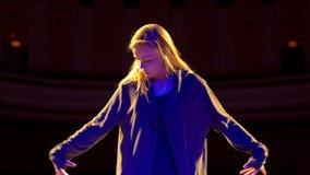 Η θηλυκή κίνηση χορευτών στη σκηνή στο χορό παρουσιάζει απόθεμα βίντεο