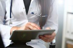 Η θηλυκή λαβή χεριών γιατρών και παρουσιάζει ψηφιακό στοκ εικόνες με δικαίωμα ελεύθερης χρήσης