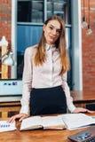 Η θηλυκή στάση διευθυντών στον εργασιακό χώρο της που προγραμματίζει τις σημειώσεις ανάγνωσης εργάσιμης ημέρας της έκανε στο σημε Στοκ Φωτογραφία