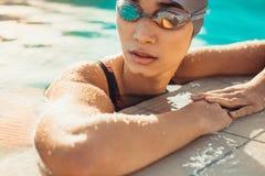 Η θηλυκή στήριξη κολυμβητών μετά από κολυμπά στοκ εικόνα με δικαίωμα ελεύθερης χρήσης