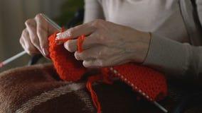 Η θηλυκή τινάζοντας προσπάθεια χεριών πλέκει, συγκεντρώνοντας το χόμπι, parkinson σύμπτωμα ασθενειών απόθεμα βίντεο