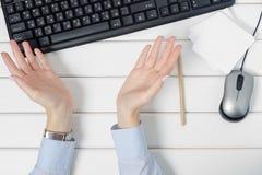 Η θηλυκή χειρονομία χεριών τίποτα φεύγει εκεί για το ποντίκι πληκτρολογίων σημειώσεων από τον υπολογιστή στοκ εικόνες
