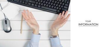 Η θηλυκή χειρονομία χεριών τίποτα φεύγει εκεί για το ποντίκι πληκτρολογίων σημειώσεων από το σχέδιο υπολογιστών στοκ φωτογραφία με δικαίωμα ελεύθερης χρήσης
