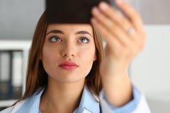 Η θηλυκή όμορφη λαβή γιατρών υπό εξέταση και εξετάζει την ακτίνα X Στοκ Φωτογραφίες