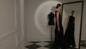 Η θηλυκή πρότυπη τοποθέτηση βλαστών φωτογραφιών μόδας, όμορφο θηλυκό πρότυπο, πρότυπο κοιτάζει απόθεμα βίντεο