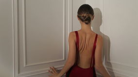 Η θηλυκή πρότυπη τοποθέτηση βλαστών φωτογραφιών μόδας, όμορφο θηλυκό πρότυπο, πρότυπο κοιτάζει φιλμ μικρού μήκους
