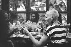 Η θηλυκότητα που συνδέει τον καφέ Brunch περιστασιακό κοινωνικοποιεί την έννοια στοκ φωτογραφία με δικαίωμα ελεύθερης χρήσης