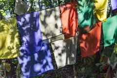 Η θιβετιανή βουδιστική σημαία προσευχής περιλαμβάνει τα κόκκινα, πράσινα, κίτρινα, μπλε και άσπρα χρώματα στο Sikkim, Ινδία Στοκ φωτογραφία με δικαίωμα ελεύθερης χρήσης