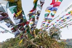 Η θιβετιανή βουδιστική σημαία προσευχής περιλαμβάνει τα κόκκινα, πράσινα, κίτρινα, μπλε και άσπρα χρώματα στο βόρειο Sikkim, Ινδί Στοκ φωτογραφία με δικαίωμα ελεύθερης χρήσης