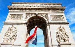 Η θριαμβευτική αψίδα που διακοσμείται με τη γαλλική σημαία, Παρίσι, Γαλλία Στοκ Φωτογραφία