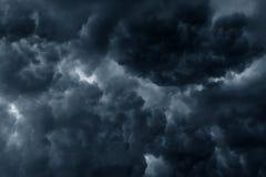 Η θυελλώδης βροχή καλύπτει το σκοτεινό ουρανό Στοκ Εικόνες