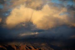 Η θύελλα ερήμων αιωρείται πέρα από το τοπίο ερήμων στοκ εικόνα με δικαίωμα ελεύθερης χρήσης