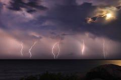 Η θύελλα πέρα από τον ωκεανό. Σεληνόφωτο Στοκ Φωτογραφία