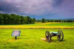 Η θύελλα καλύπτει πέρα από ένα πυροβόλο και ένα σημάδι σε έναν τομέα σε Gettysburg, pe Στοκ Φωτογραφία