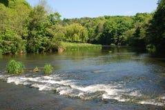 Η διάβαση και λοιποί στον ποταμό μέχρι στοκ φωτογραφία