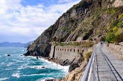 Η διάβαση πεζών κατά μήκος της ακτής, μέσω del Amore στο εθνικό πάρκο Cinque Terre Στοκ φωτογραφία με δικαίωμα ελεύθερης χρήσης