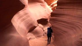 Η διάβρωση γεωλογίας και η κόκκινη πέτρα βράχου στρώνουν με άμμο τους σχηματισμούς στην άγρια φύση μέσα στο φαράγγι αντιλοπών στη απόθεμα βίντεο