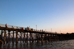 Η διάσημη γέφυρα ξύλων της άποψης Sangkhaburi Στοκ Εικόνες