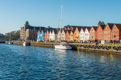 Η διάσημη οδός Bryggen με τα ξύλινα χρωματισμένα σπίτια στο Μπέργκεν, Νορβηγία, παγκόσμια κληρονομιά της ΟΥΝΕΣΚΟ αναφέρει - υπόβα Στοκ φωτογραφίες με δικαίωμα ελεύθερης χρήσης